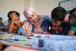 Lerares met kinderen aan het werk