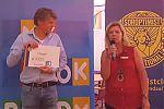Carry Munnikhof, presidente Soroptimistclub Rhenen/Veenendaal e.o., overhandigde een cheque van € 1.000,- voor My Book Buddy.