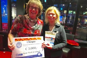 Carry Munnikhof, presidente Soroptimistclub Rhenen/Veenendaal e.o., overhandigde een cheque van € 3.000,- voor Syrië
